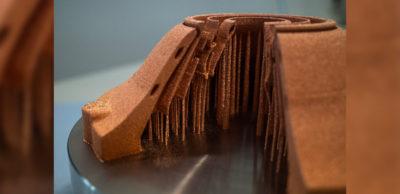 Grüner Laser schmilzt Kupfer: Mit einer neuen additiven Fertigungsanlage gelingt es am Fraunhofer IWS, reines Kupferpulver vollständig aufzuschmelzen. Das eröffnet neue Anwendungen reiner Kupferbauteile für effizientere Elektromotoren und neue Kühlkörper in der Leistungselektronik.