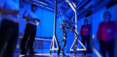 Prof. Ulrike Thomas und Doktorand Hongxi Zhu von der TU Chemnitz haben ein neues Robotergelenk erfunden und dafür das Patent erhalten. Gemeinsam probieren sie den Laufroboter aus, in dem das nachgiebige Gelenk integriert werden kann.