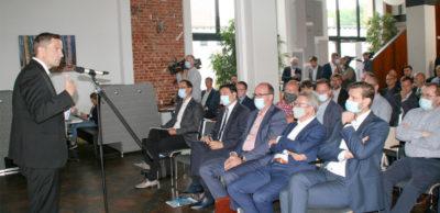 Die Trendwende zur E-Mobilität ist nachhaltig, lautete eine entscheidende Botschaft des Regionaldialogs zur Transformation in der Autoindustrie am 10. September 2020 in Chemnitz. Rund 70 Branchenvertreter diskutierten auf Einladung von AMZ mit Sachsens Wirtschaftsminister Martin Dulig.