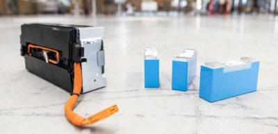 Im BMW-Werk Leipzig werden ab 2021 HV-Batteriemodule gefertigt. Das Foto zeigt Batteriezellen und Batteriemodule auf der zukünftigen Produktionsfläche für die Module.