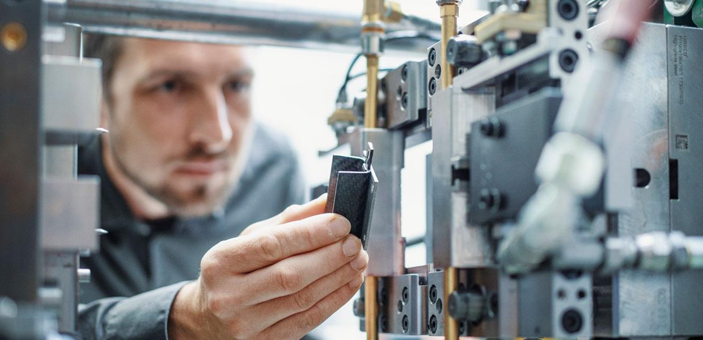 """Ein Forscher des Leistungszentrums """"Smart Production & Materials"""" stellt die Formgebung bei der Herstellung von Faserverbundwerkstoffen ein. Die Partner des Zentrums haben ein Weiterbildungsangebot für kleine und mittlere Unternehmen entwickelt, die mit digitalen Werkzeugen und neuen Materialien intelligenter produzieren möchten. Es startet ab November."""