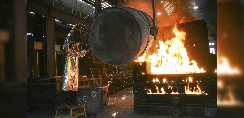 Abguss in der Gießerei Lößnitz. Unter den Flammen entstehen die Formen für automobile Großwerkzeuge, mit denen Karosseriekomponenten gefertigt werden.