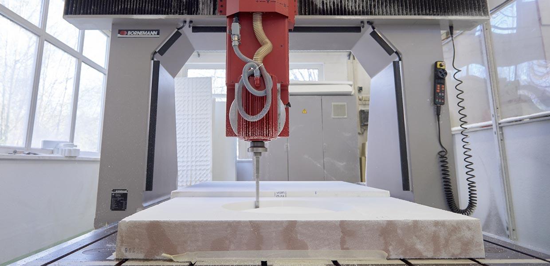 Im Modellbau werden die Formen in Polystyrol herausgearbeitet.