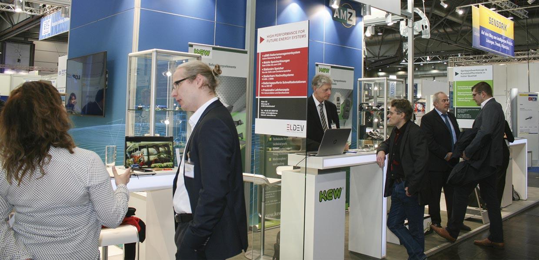 Blick auf den Gemeinschaftsstand des Netzwerks AMZ sowie die Sensorik-Sonderschau (rechts hinten) auf der Zuliefermesse Z 2019. Standpräsentation und Sonderschau bereitet AMZ bereits für die nächste Z im März 2021 vor.