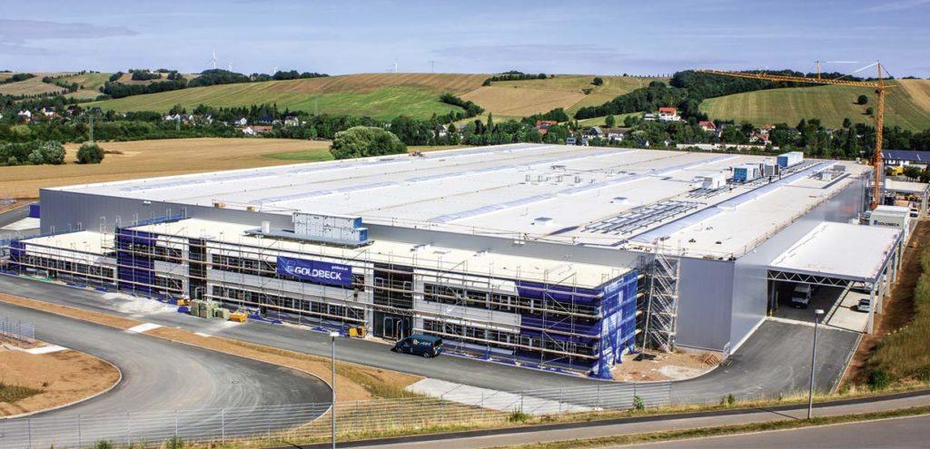 In Reinsdorf bei Zwickau wächst ein neuer Standort von Meleghy Automotive. Hier wird der Automobilzulieferer zukünftig Komponenten für Fahrzeuge der MEB-Plattform von VW fertigen. Generalunternehmer des Bauprojekts ist Goldbeck.