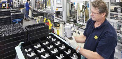 Fertigungslinie für Kühlmittelpumpen im Pierburg-Werk Hartha.