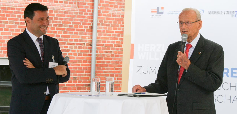 Der ehemalige VW-Vorstandsvorsitzende und gebürtige Sachse, Prof. Dr. Carl H. Hahn (r.), im Gespräch mit Dirk Vogel, Geschäftsführer des Sommertreff-Mitveranstalters RKW Sachsen GmbH und Manager des Netzwerks Automobilzulieferer Sachsen AMZ.