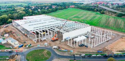 In Leipzig wird Dräxlmaier ab 2021 Hochvolt-Batteriesysteme für ein elektrisches Premium-SUV fertigen. Das Richtfest für die neue Fabrik wurde am 12. Oktober 2020 gefeiert.