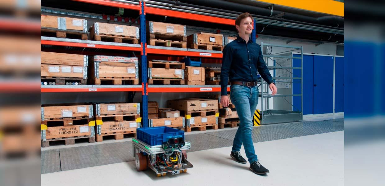"""Ausgezeichnetes Projekt """"FollowMe"""": Christoph Allmacher, Wissenschaftler an der Professur Produktionssysteme und -prozesse der TU Chemnitz, testet sein neu entwickeltes fahrerloses Transportfahrzeug."""