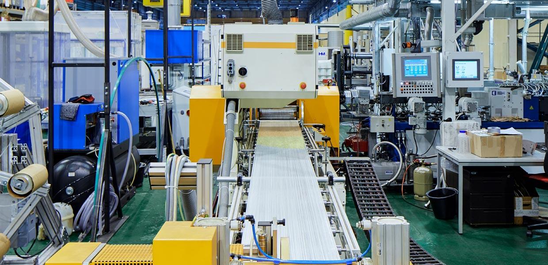 """An standardisierten, in hoher Qualität reproduzierbaren Produktionsprozessen für thermoplastische Faserbunde arbeitet das Kooperationsnetzwerk """"STARTnet"""". Das Foto zeigt die Herstellung von thermoPre-Halbzeugen mit der einstufigen Direktverarbeitungsanlage."""