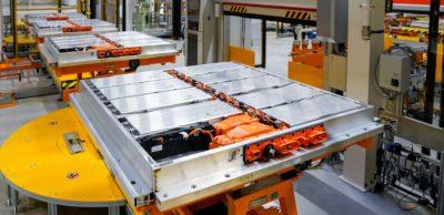 """Produktion von Batteriesystemen bei VW. Nach dem Einsatz im E-Fahrzeug können die Batterien ein """"zweites Leben"""" erhalten. Das Dresdner Startup Novum ist auf das Batteriemonitoring spezialisiert und erweitert sein Portfolio u. a. um Second-Life-Schnelltests für die Automobilindustrie."""