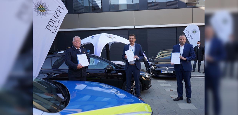 VW Sachsen und die sächsische Polizei haben eine Kooperation vereinbart. Auf dem Foto v. l. Horst Kretzschmar/Landespolizeipräsident, Reinhard de Vries/Geschäftsführer Technik und Logistik von VW Sachsen und Lars Dittert/Leiter Sonderfahrzeugbau St. Egidien.