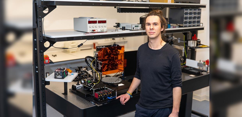 Christopher Taudt ist der erste Promovend des Fraunhofer AZOM Zwickau. Er hat ein schnelles und hochauflösendes optisches Messverfahren für die Bestimmung von Höhenprofilen technischer Oberflächen entwickelt.