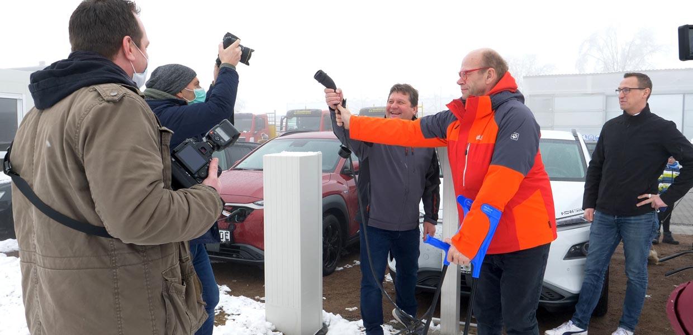 Bei einem Medientermin Anfang Januar 2021 machten Dirk Eckart und Walter Stuber, Geschäftsführer der Gemeinhardt Service GmbH Roßwein, auf eine gravierende Schwachstelle beim Umstieg auf E-Fahrzeugflotten aufmerksam – die fehlende Stromanschlussleistung.