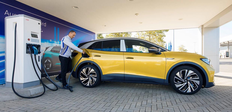 Ein Mitarbeiter im VW-Werk in Zwickau beim Laden eines vollelektrischen ID.4. Bis zum Jahresende 2020 hat VW Sachsen 350 Ladepunkte an seinen Standorten in Zwickau, Dresden und Chemnitz installiert. Weitere 130 sollen in diesem Jahr folgen.