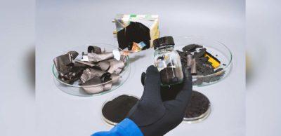 Batterierecycling: Das Fraunhofer IKTS erforscht an seinem neuen Standort in Freiberg effiziente Recyclingprozesse zur Kreislaufführung kritischer Batterierohstoffe. Zukünftig sollen Batteriepulver mit hoher Reinheit zurückgewonnen und für die Herstellung neuer Batterien nutzbar gemacht werden.