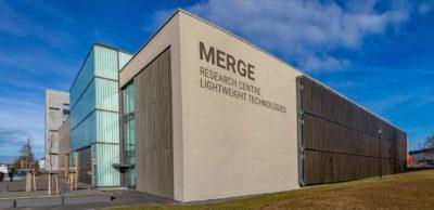 Hightech für die sächsische Leichtbauforschung: Das neue Laborgebäude am MERGE Research Centre Lightweight Technologies der TU Chemnitz grenzt unmittelbar an die bereits 2015 fertiggestellte Forschungshalle.