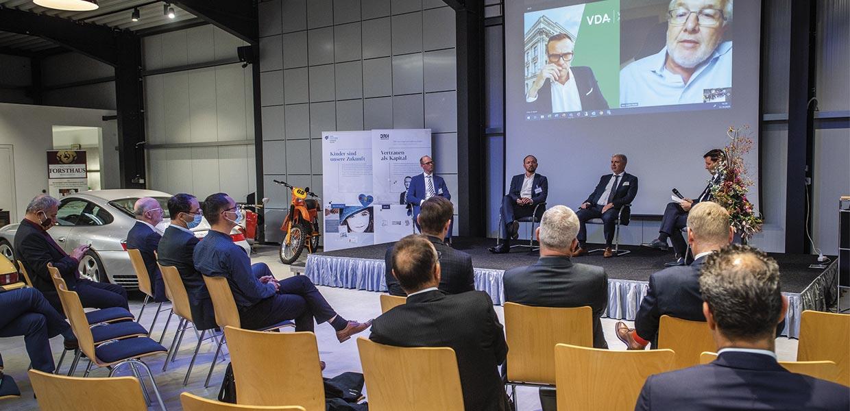 Die AMZ-Lounge fand 2020 coronabedingt als hybrides Format statt. Zum Thema Wettbewerbsposition der Autoindustrie sprachen vor Ort bei der DRH Vermögensverwaltung in Zwickau Rechtsanwalt Tobias Leege, der Ostbeauftragte Marco Wanderwitz, Qualitas-Geschäftsführer Gerd Wagner und AMZ-Netzwerkmanager Dirk Vogel (v. l.). Per Video zugeschaltet waren VDA-Geschäftsführer Dr. Martin Koers und BIIG Wheel-CEO Hans-Joachim Heusler (r.).