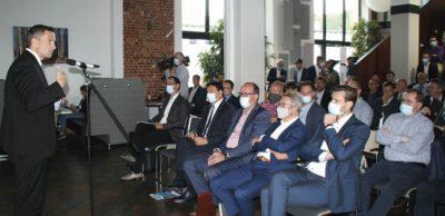 Rund 70 sächsische Branchenvertreter diskutierten Anfang September 2020 mit Wirtschaftsminister Martin Dulig die Herausforderungen im Transformationsprozess der Automobilindustrie. Den Regionaldialog hatte das Netzwerk AMZ initiiert.