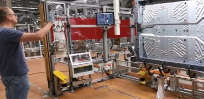 Automobilproduktion bei Volkswagen in Zwickau: Berührungsfreie Gestensteuerung von Schwerlastrobotern im Anwendungstest.