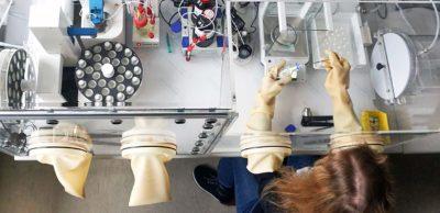 Probenvorbereitung und -messung in der Glovebox am KUZ. Als gemeinnützige industrienahe Forschungseinrichtung ist das Kunststoffzentrum erfahrener Partner für anwendungsnahe Forschung und Entwicklung sowie Dienstleistungen in kunststofftechnischen Fragestellungen und für berufsbegleitende Weiterbildung.