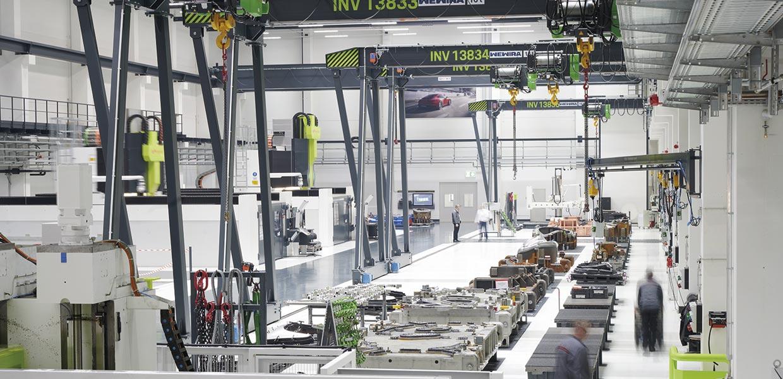 Hell, sauber, freundlich: Blick in eine der neuen Produktionshallen des Porsche Werkzeugbau Schwarzenberg.