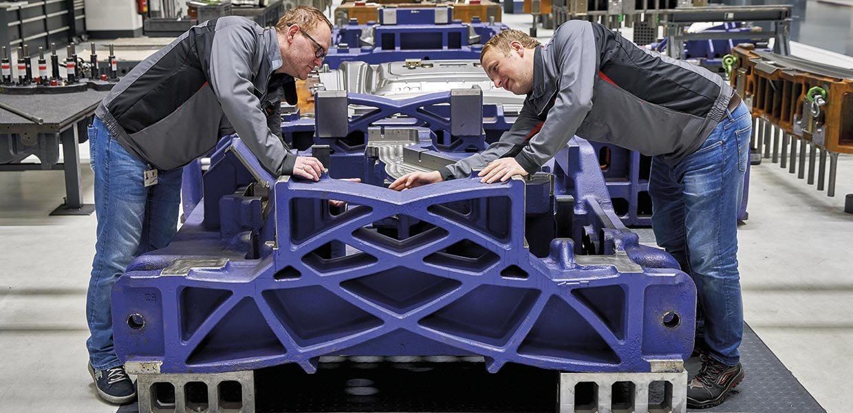 490 Beschäftigte arbeiten beim Porsche Werkzeugbau. Das Unternehmen besitzt ausgeprägte Kompetenzen für die bionische Werkzeugauslegung, um das Werkzeuggewicht zu senken und nachhaltig CO2 einzusparen.