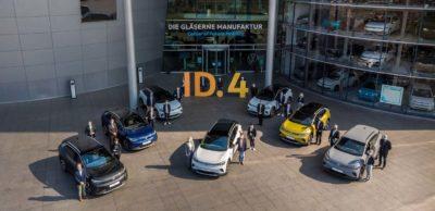 Nach ID.3 jetzt auch ID.4: Jacqueline Heyer-Mertens (l. Mitte) und Mario Heyer (r. Mitte) aus Suhl (Thüringen) nehmen ihrem neuen VW ID.4 in der Gläsernen Manufaktur Dresden inmitten des Volkswagen Teams in Empfang.