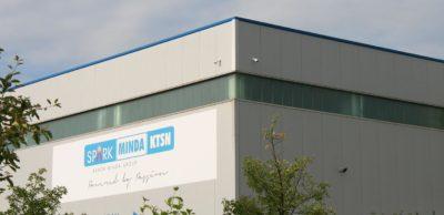 Der bisher zur indischen Minda-Gruppe gehörende Pirnaer Kunststoffspezialist KTSN hat einen neuen Besitzer gefunden. Die Eissmann Gruppe übernimmt die europäischen Standorte des Unternehmens, das im Juni 2020 Insolvenz anmelden musste.