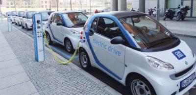Der Bund unterstützt Unternehmen und Kommunen bei der Anschaffung von E-Pkw und der für deren Betrieb notwendigen Ladeinfrastruktur mit der neugefassten Förderrichtlinie Elektromobilität. In einer Online-Veranstaltung informierte die SAENA zu den Modalitäten. Mehr als 170 Teilnehmer aus ganz Deutschland nutzten dieses Angebot.