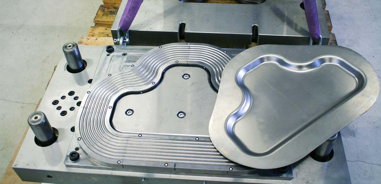 Auf der neuen Servospindelpresse können z. B. Entwicklungen zum schmierstofffreien Umformen weiter vorangetrieben werden. Die Rillen im Werkzeug und die hohe Präzision der Presse sind hierfür entscheidende Glieder.
