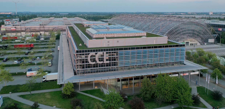 Das Congress Center Leipzig auf dem Messegelände im Norden der Stadt wird auch in den Jahre 2022 und 2023 Austragungsort des International Transport Forum (ITF) sein. In diesem Jahr wurde das Ereignis pandemiebedingt von Leipzig aus online in die Welt getragen.