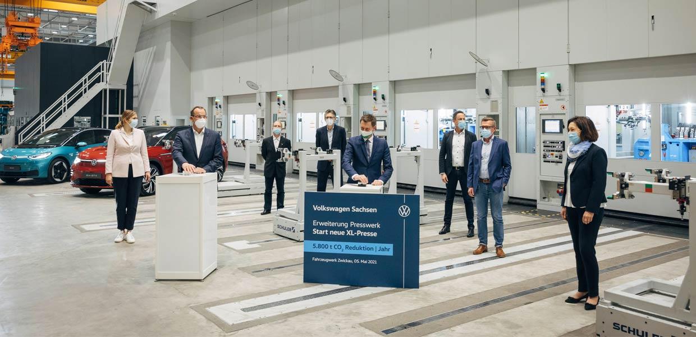 Offiziellw in Betrieb nahme der Erweiterung des Presswerks am E-Standort Zwickau durch Dr. Christian Vollmer und Ministerpräsident Michael Kretschmer.