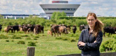 Beke Dubbels ist Verantwortliche für Naturschutz bei Porsche Leipzig. Auf dem Offroad-Gelände finden zahlreiche Tier- und Pflanzenarten einen natürlichen Lebensraum.