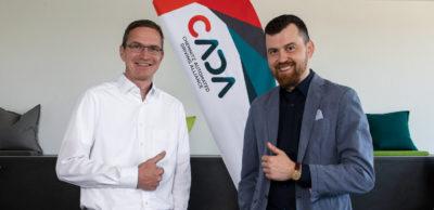 Die Chemnitz Automated Driving Alliance CADA hat mit der staff-eye GmbH erstmals einen Associated Partner in ihre Reihen aufgenommen. CADA-Vorstandsmitglied Karsten Schulze (l.) begrüßt staff-eye-Geschäftsführer Alexander Kovalenko.
