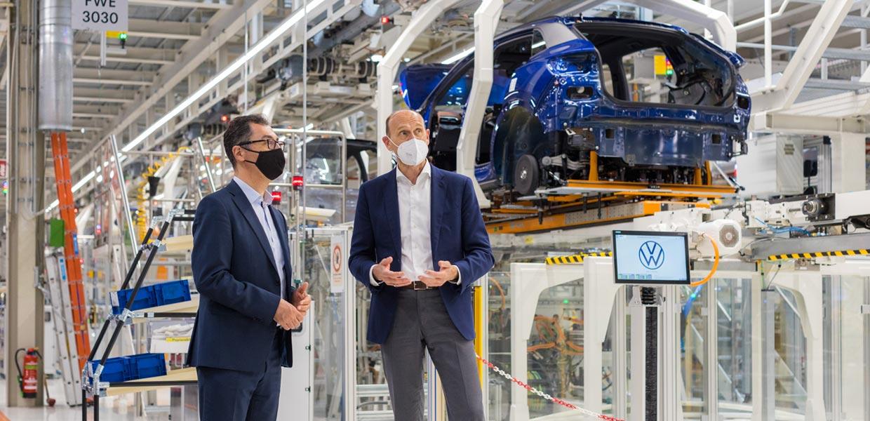 Besuch im Fahrzeugwerk Zwickau: VW-Markenchef Ralf Brandstätter informiert Cem Özdemir (Bündnis 90/Die Grünen) über die Transformation von Volkswagen zur Elektromobilität.