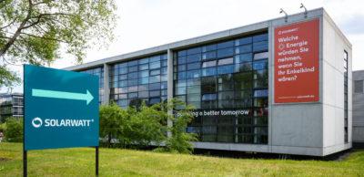 """Der Photovoltaik-Spezialist Solarwatt Dresden und der Automobilhersteller BMW bauen mit """"Battery flex""""ihre Zusammenarbeit bei Batteriespeichern aus."""
