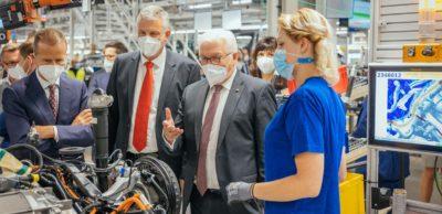 Bundespräsident Frank-Walter Steinmeier (2.v.r.) informierte sich bei einem Besuch des VW-Werkes Zwickau über die Vorreiterrolle des Standortes bei der Transformation der Automobilindustrie.