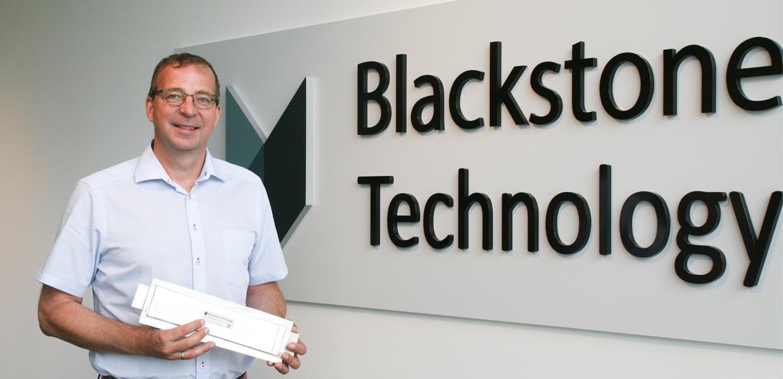 Die Blackstone Technology GmbH Döbeln hat die offizielle Betriebserlaubnis zur Aufnahme der Produktion 3D-gedruckter Li-Ionen Batteriezellen erhalten. Holger Gritzka, Geschäftsführer der Blackstone Technology GmbH Döbeln, zeigt eine der Lithium-Ionen-Batteriezellen, die ab September hergestellt werden.