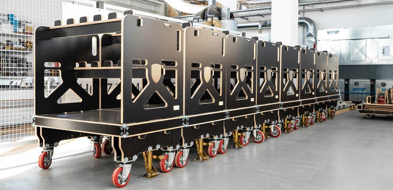 """Transportwagen aus Holz bringen viele Vorteile für die innerbetriebliche Logistik wie geringeres Gewicht, leichtere Handhabung, modularer Aufbau sowie weniger CO2-Ausstoß als herkömmliche Systeme. Mit dem """"LiG Shuttle"""" wurde LiGenium Zweitplatzierter in der Kategorie Automotive des mitteldeutschen IQ-Innovationswettbewerbes."""