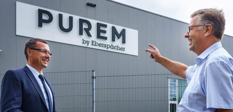 Zur Enthüllung des neuen Logos begrüßte das Team vor Ort Wilsdruffs Bürgermeister Ralf Rother (l.) und Dr. Thomas Waldhier, CEO Purem by Eberspächer.
