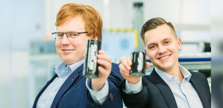 Skeleton Technologies hat eine neue Finanzierungsrunde mit 29 Millionen Euro abgeschlossen. Taavi Madiberk und Oliver Ahlberg von Skeleton mit Ultrakondensatoren, die in der Fabrik in Großröhrsdorf gefertigt werden.