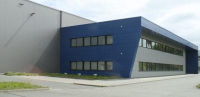 In Döbeln baut die Blackstone Technology GmbH eine Fertigung für 3D-gedruckte Batteriezellen auf. Geschäftsführer Holger Gritzka zeigt ein erstes Produkt, das u.a. für Anwendungen in Flurförderzeugen vorgesehen ist.