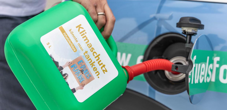 Hier kommt synthetisches Benzin in den Tank. Der mit grünem Strom erzeugte Kraftstoff ist nicht nur klimaneutral in der Herstellung, sondern lässt sich auch problemlos als Zumischung in die Automobil-Bestandsflotte - ca. 1,4 Milliarden Fahrzeuge weltweit - tanken und kann damit entscheidend zum Erreichen der ambitionierten Klimaziele beitragen. Die Akteure der E-Fuels-Tour fordern deshalb eine Gleichbehandlung des grünen Benzins gegenüber der batterieelektrischen Mobilität.