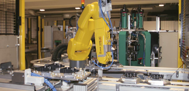 Effiziente Prozesse für Serienfertigungen in reproduzierbar höchster Qualität sind ein Markenzeichen der FEP Fahrzeugelektrik Pirna. Automatisierungslösungen kommen oft von Unternehmen aus der unmittelbaren Nachbarschaft, im Bild eine Anlage der EKF Automation Freital zur Fertigung von Sicherungsboxen.