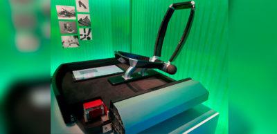 30 Jahre lang weiterverwendbar: Diese Fahrzeug-Plattform aus Faserverbundkunststoffen für E-Autos präsentierten Forschende des Fraunhofer IWU auf der Mailand Design Week.