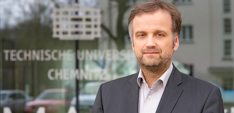 """Prof. Dr. Oliver G. Schmidt, einer der weltweit erfolgreichsten Wissenschaftler auf dem Gebiet der Erforschung, Herstellung und innovativen Anwendung funktioneller Nanostrukturen, wechselt an die TU Chemnitz und setzt seine Forschungen am """"Zentrum für Materialien, Architekturen und Integration von Nanomembranen"""" (MAIN) sowie an der Fakultät für Elektrotechnik und Informationstechnik (Professur Materialsysteme der Nanoelektronik) fort."""
