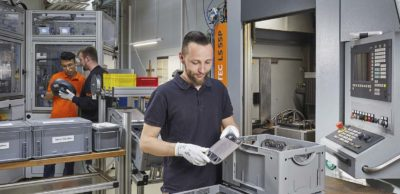 Serienfertigung von Bipolarplatten bei Sitec in Chemnitz. Das Unternehmen beschäftigt sich bereits seit den 2000er Jahren mit Brennstoffzellentechnologie.