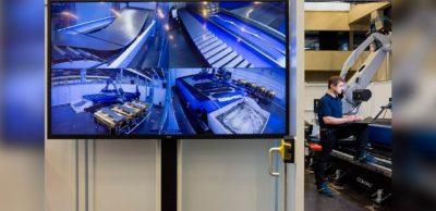 Trumpf hat gemeinsam mit Siemens und weiteren Partnern eine neue, hochautomatisierte Laseranlage für die Blechbearbeitung entwickelt. Zwei Mitarbeiter bereiten sie für ihren vollautomatischen Einsatz vor. Solche Anlagen sind ein wichtiger Baustein großer, blechverarbeitender Smart Factories, weil sie bis zu 2,5 Kilometer aufgerolltes Blech – sogenannte Coils – ohne menschliches Zutun verarbeiten können. Gebaut werden die Anlagen am sächsischen Trumpf-Standort in Neukirch/Oberlausitz.