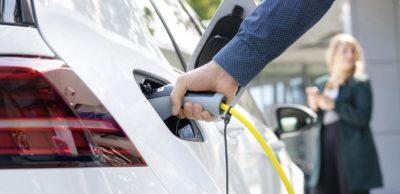 Mit den von der EU geplanten CO2-Limits ist 2030 bei neu zugelassenen Pkw ein Anteil elektrifizierter Fahrzeuge von ca. 65 Prozent erforderlich.